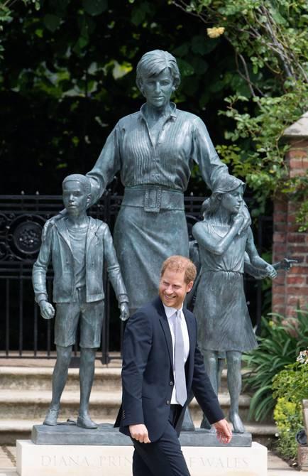 Sin discursos de los príncipes Guillermo y Enrique se reveló la estatua en honor a la princesa Diana de Gales | Gente | Entretenimiento | El Universo