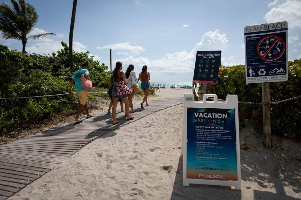 Turistas latinos se vacunan contra el COVID-19 en Miami Beach